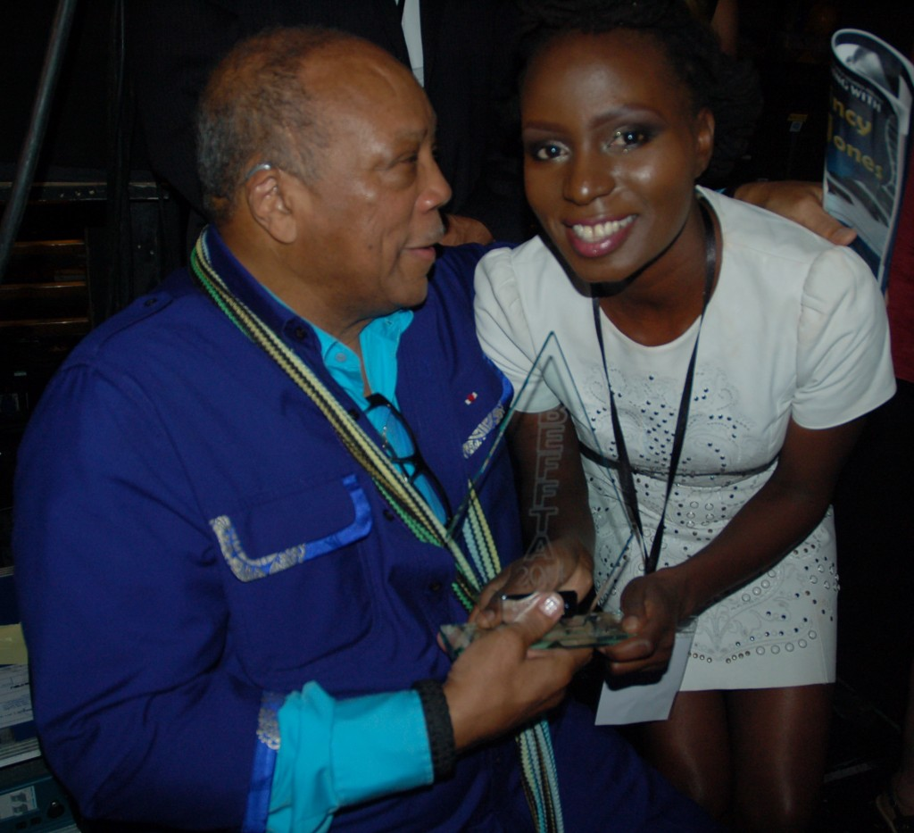Pauline Long presents quincy Jones with award
